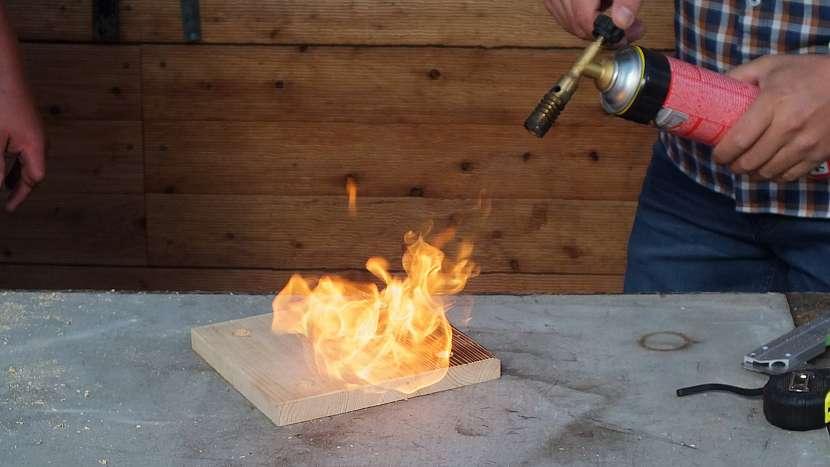 Lampička z měděných trubiček: patina opálením bude podstavci slušet