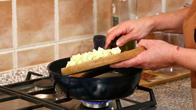 Recept na zadělávané knedlíčky s knedlíčky: uděláme jíšku a dáme do ní kedlubny