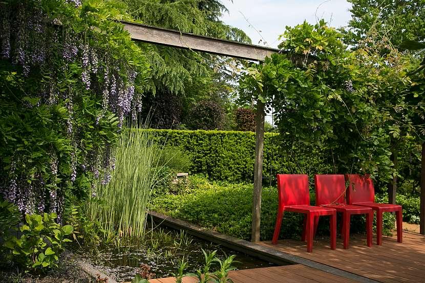 4 tri cervene zidle dodaji terase vitane oziveni