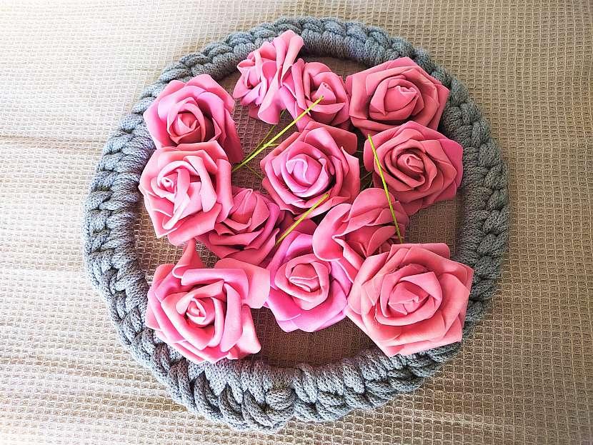 Růžičky ve věnci