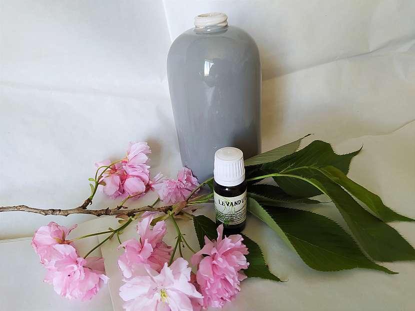 Levandulový olej, nádoba na mýdlo a třešňová větev
