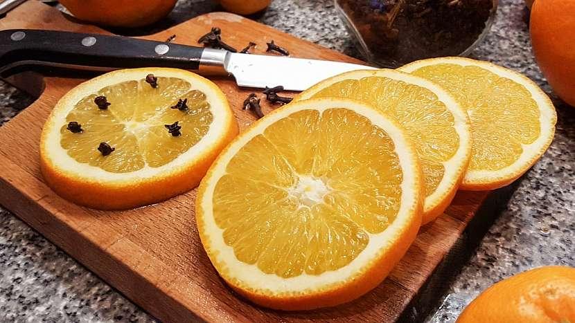 Když vám komáři pijí krev: pomeranč s hřebíčkem