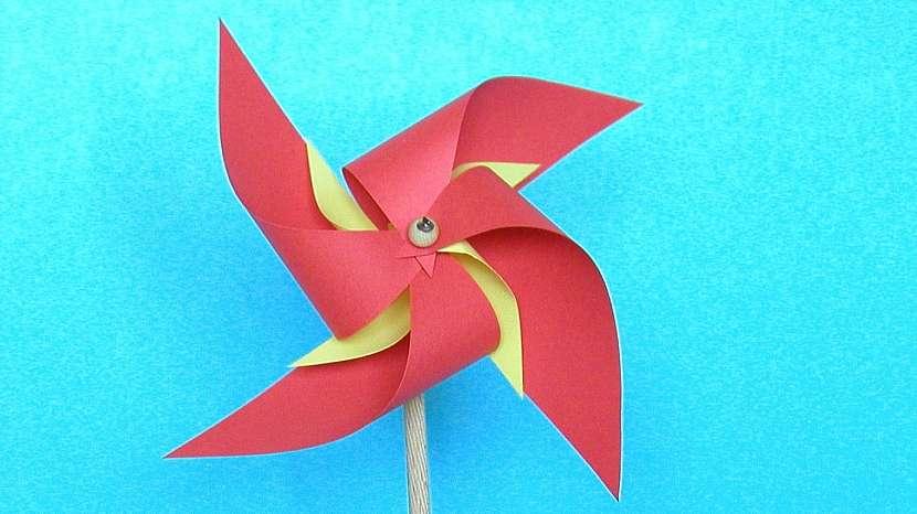 Větrníky: na dvoubarevný nastřihneme čtverce dva, větší a menší