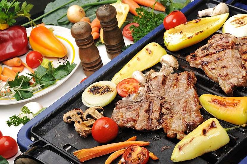 Kontaktní gril připraví maso přesně tak, jak chcete
