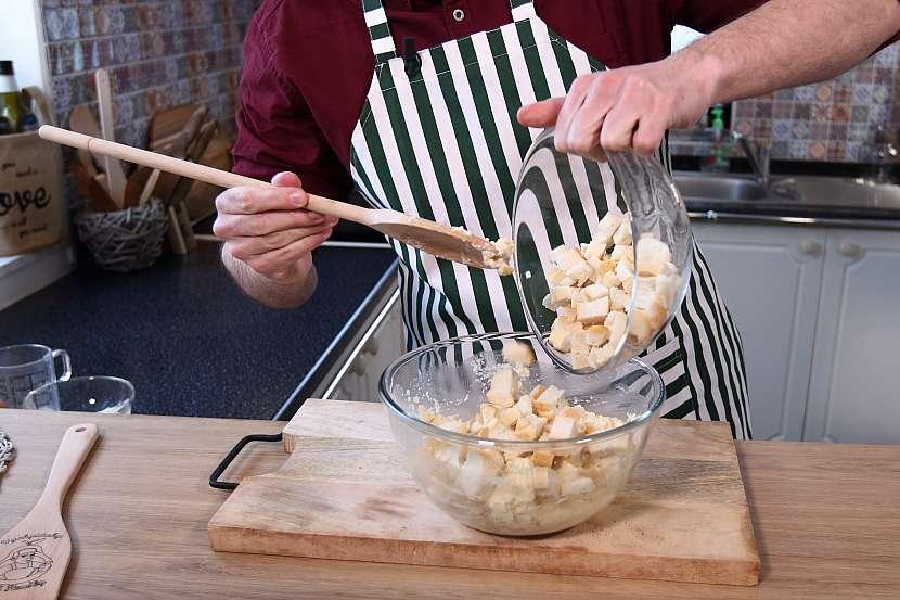 Domácí houskové knedlíky: nakonec vmíchejte do těsta housku