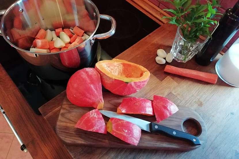 Krémová polévka z dýně Hokkaido: zeleninu osmahněte
