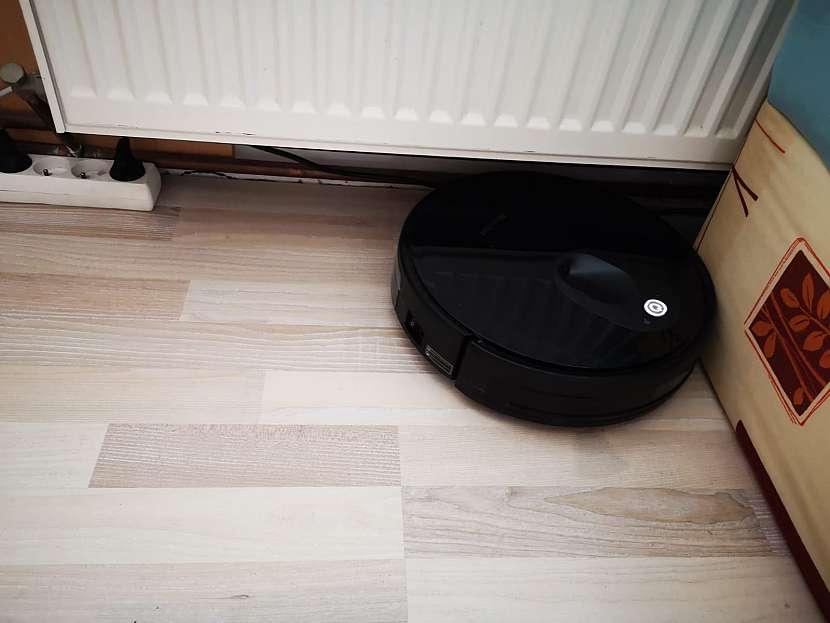 Vysávání pod radiátorem