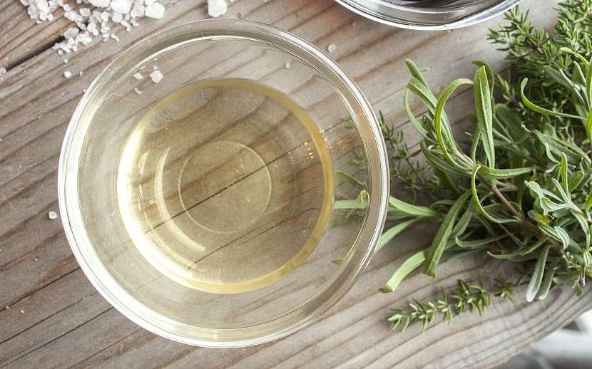 Miska s octem a bylinkami