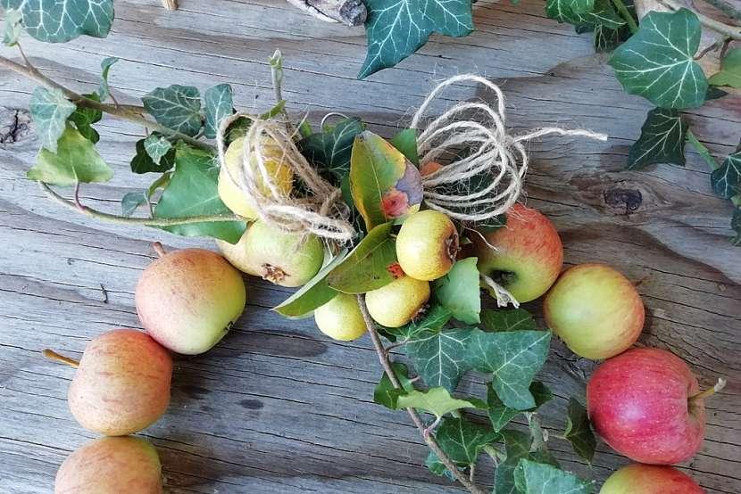 Podzimní věnec z malých jablíček: ozdobte věnec