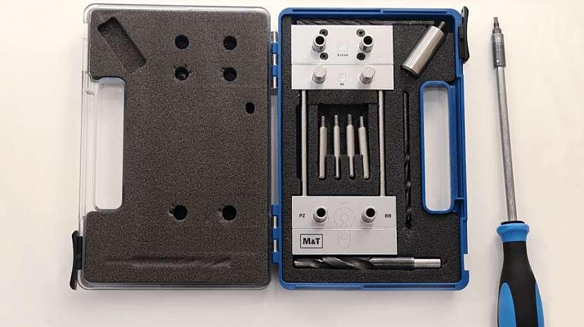 Vrtání otvorů pro kliku: kovová montážní šablona s přílušenstvím
