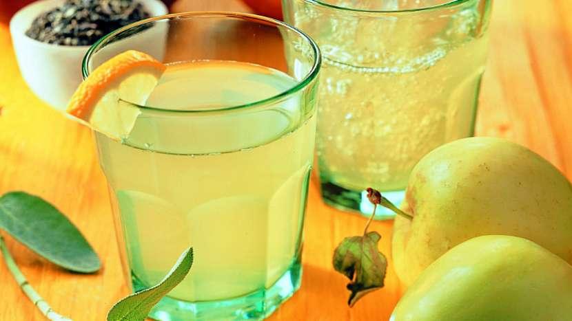 Domácí jablečný sirup s šalvějí a zeleným čajem