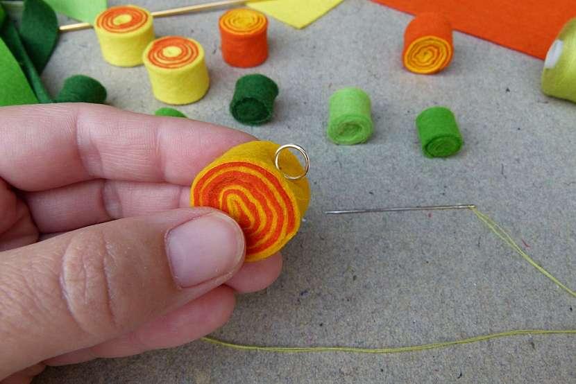 Rozkvetlý náhrdelník: přišijte kovový kroužek