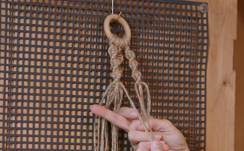 Spletení uzlíků pod květináč