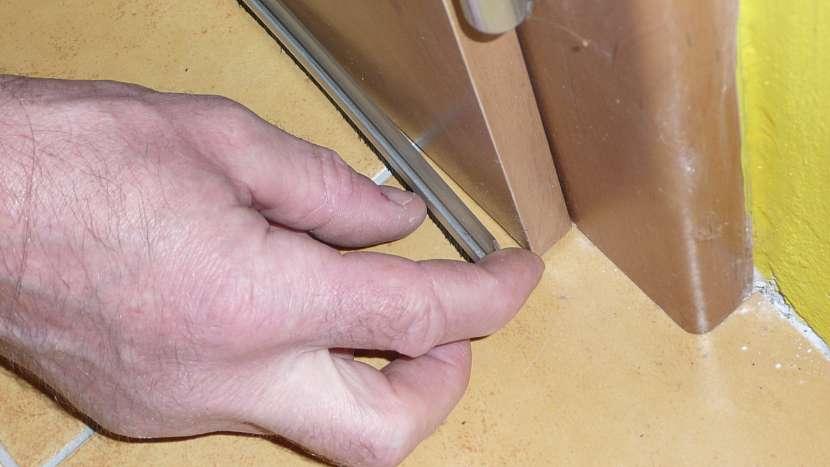 Problém s průvanem: těsnící kartáček pevně přitiskneme na dveře