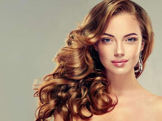 Víte, jak správně pečovat o kudrnaté vlasy? (Zdroj: Depositphotos (https://cz.depositphotos.com)