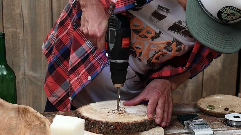 Jak vyrobit zvonkohru: uprostřed kulatiny vyvrtáme díru