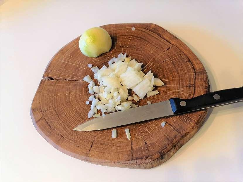Cibuli si nakrájejte na hodně jemné kostičky