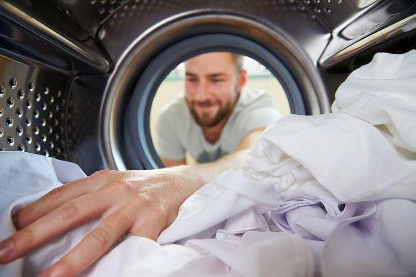 Muž, pračka