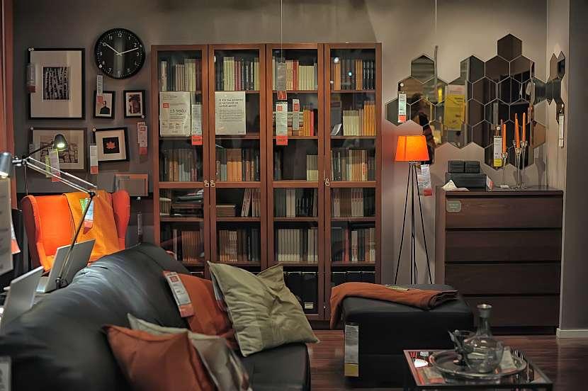 Obývací pokoj plný nábytku-1