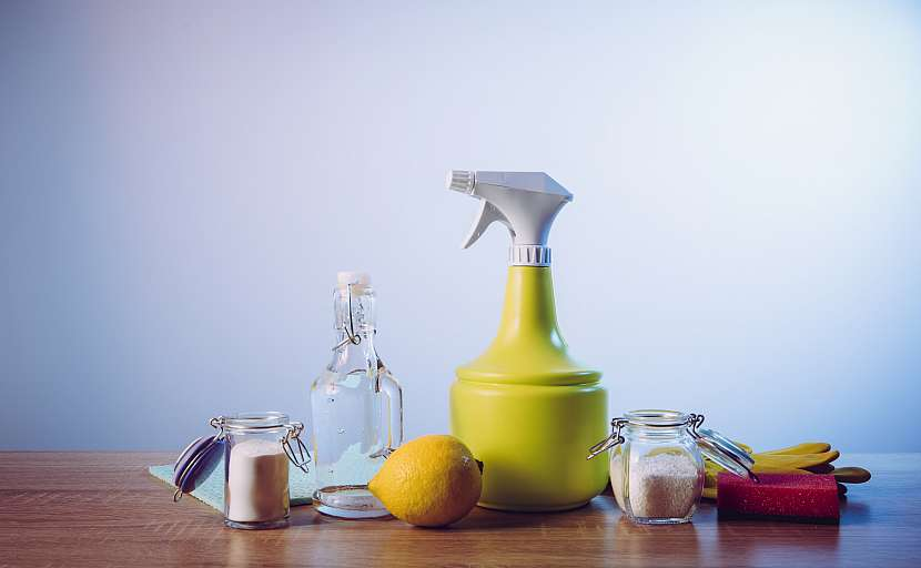 Ukázka různých prostředků, které můžete použít k dezinfekci, bělení i k čištění