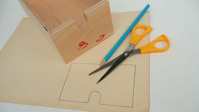 Renovace šuplíků: z papíru vystřihneme předkreslené šablony
