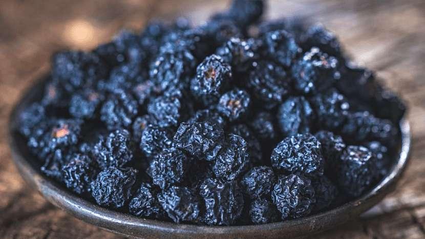 Černé jeřabiny sušíme venku na sluníčku, v sušičce či otevřené troubě do teploty 50 °C