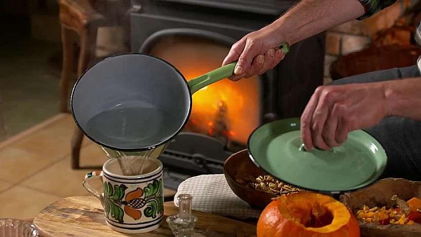 Opražená semínka zalijte horkou vodou