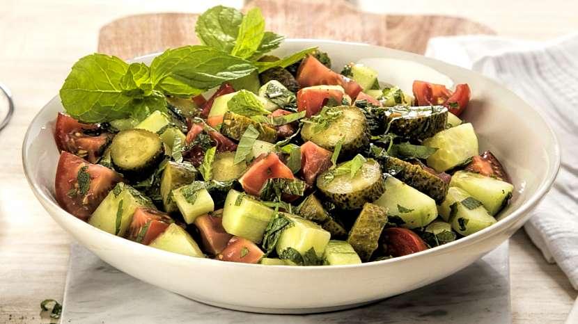 Letní saláty: okurky s mátou a rajčaty