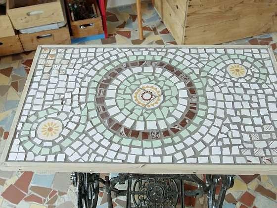 Šlapací šicí stroj nevyhazujte, poslouží jako podstavec pro mozaikový stolek (Zdroj: Prima DOMA MEDIA, s.r.o.)