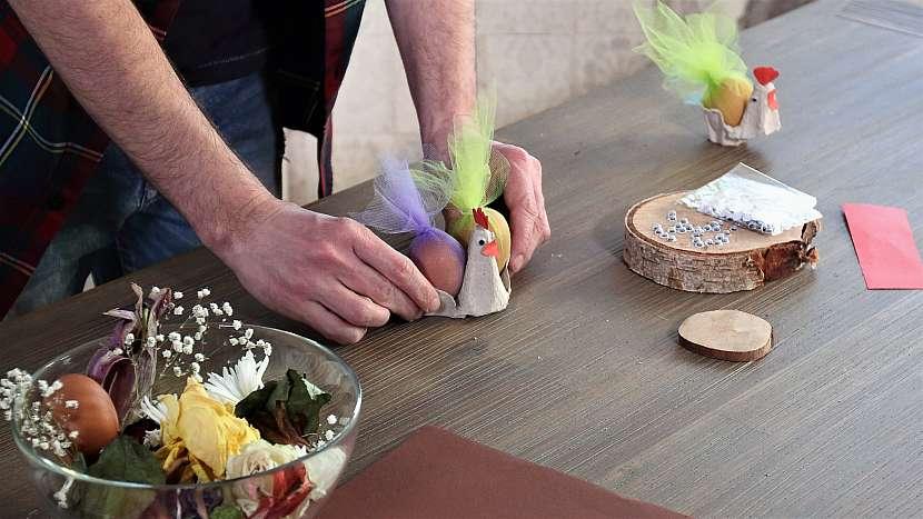 Velikonoční stojánek na vejce: do stojánku dáme vejce
