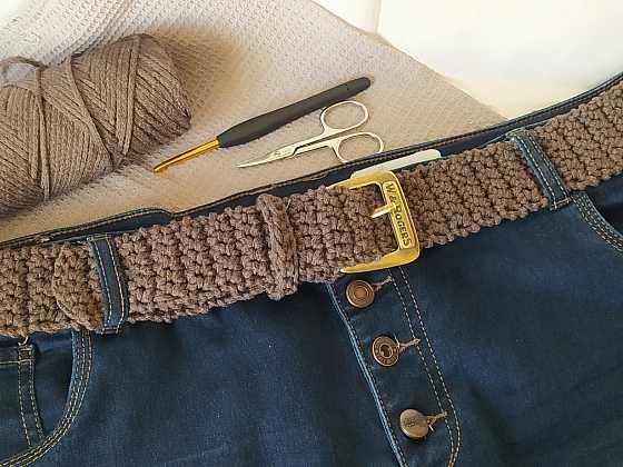Háčkovaný pásek se hodí nejen k šatům, ale i ke kalhotám. Vyrobit si ho můžete snadno a rychle. Více se dozvíte v našem návodu (Zdroj: Adriana Dosedělová)