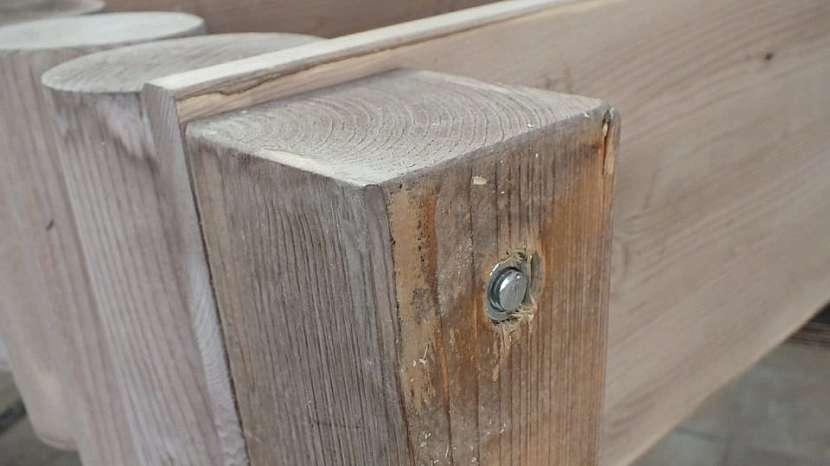 Jak vyrobit knihovnu z kulatiny: jako nohy použijeme dřevěný hranolek