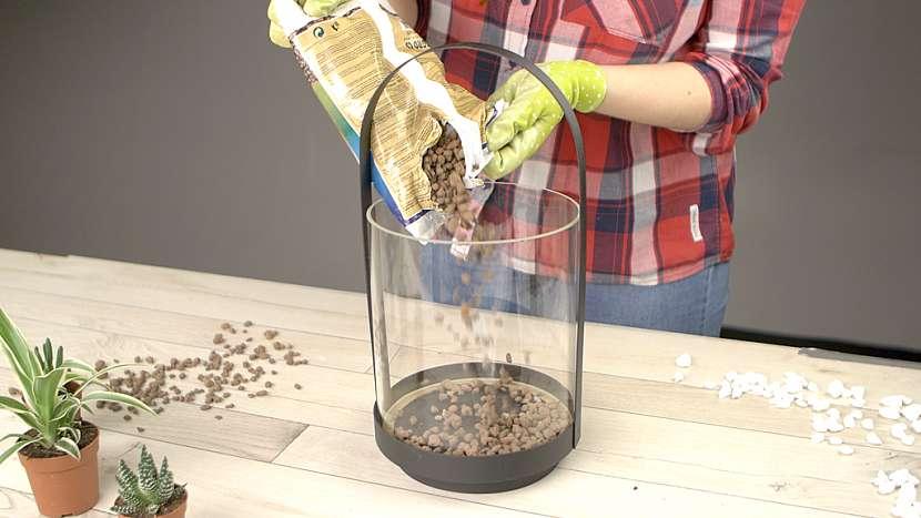 DIY skalka ve skle: do nádoby nasypte keramzit a substrát