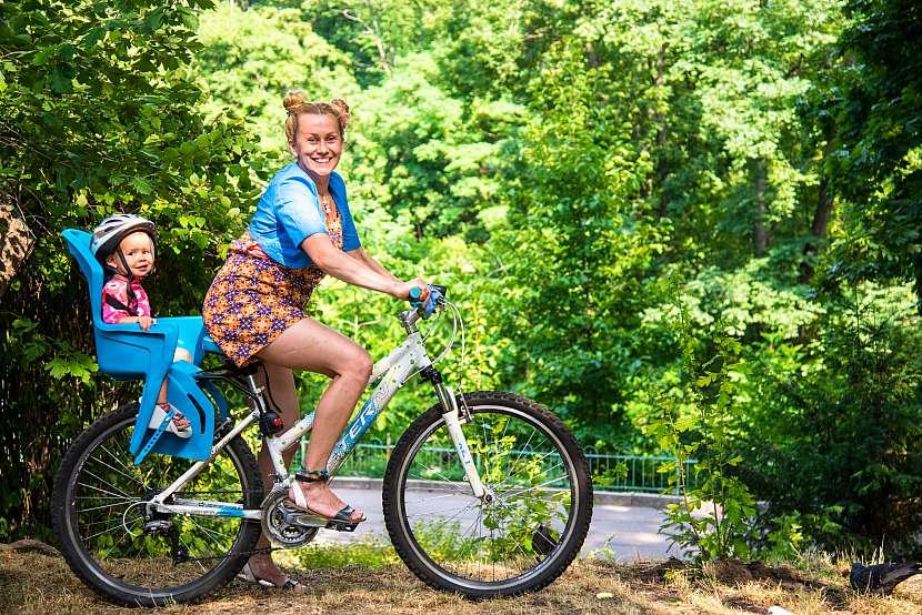 Žena s dítětem na kole