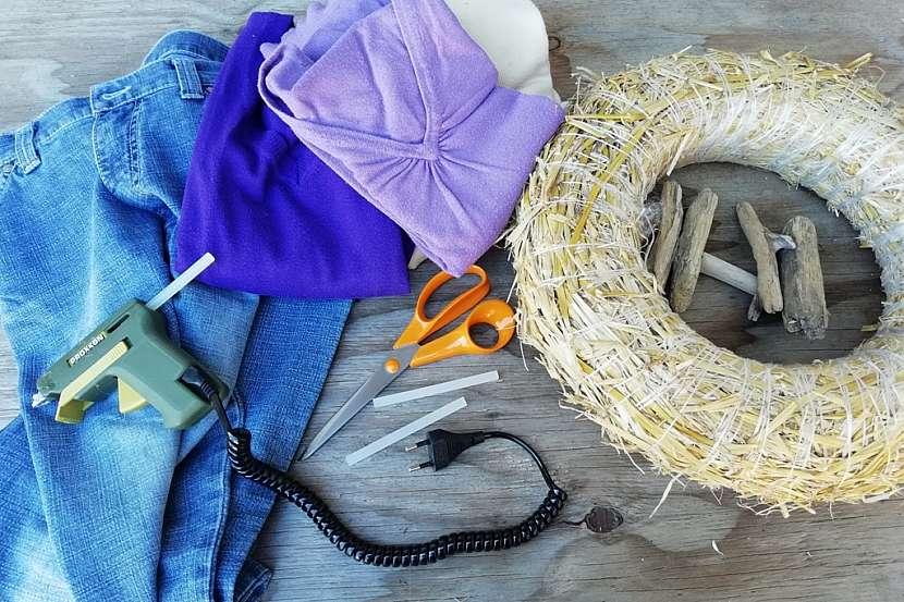 Věnec ze starých džínů a svetrů: co budete potřebovat