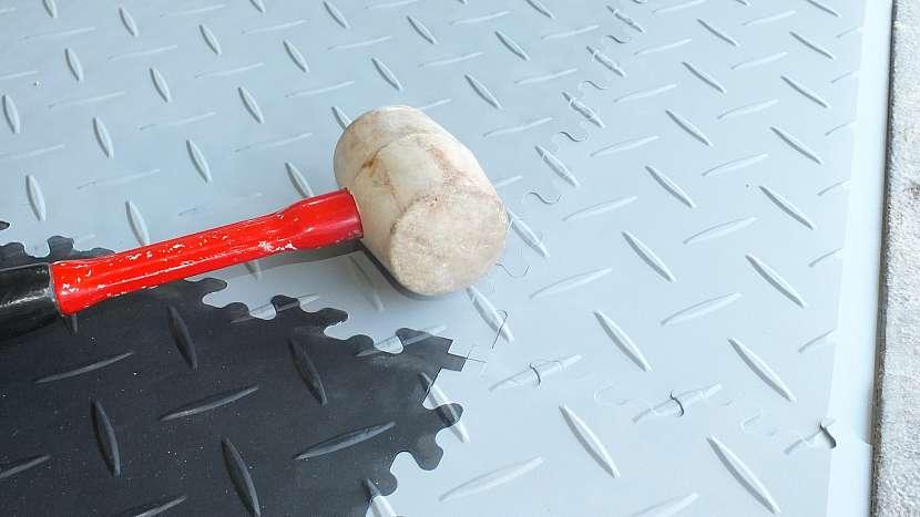 Nová podlaha v garáži za jedno odpoledne: spoj poklepeme paličkou, aby do sebe zámky zapadly