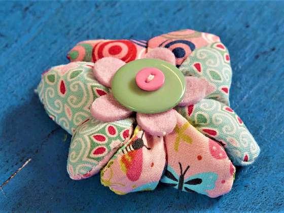 Ze zbytků textilií si můžete vyrobit nádhernou brož (Zdroj: Prima DOMA)