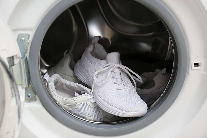 Praní bílých tenisek v automatické pračce