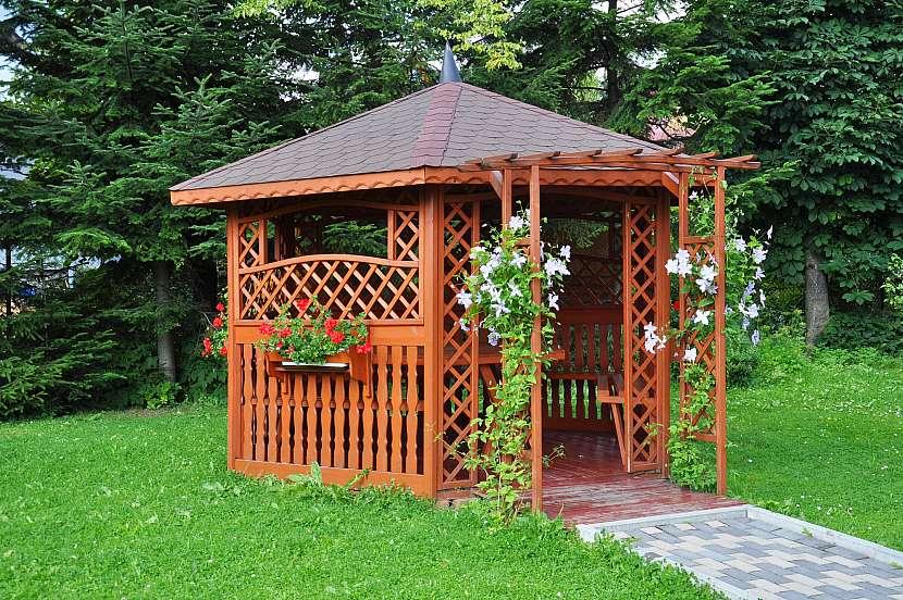 Dřevěný domek s treláží na popínavé květiny