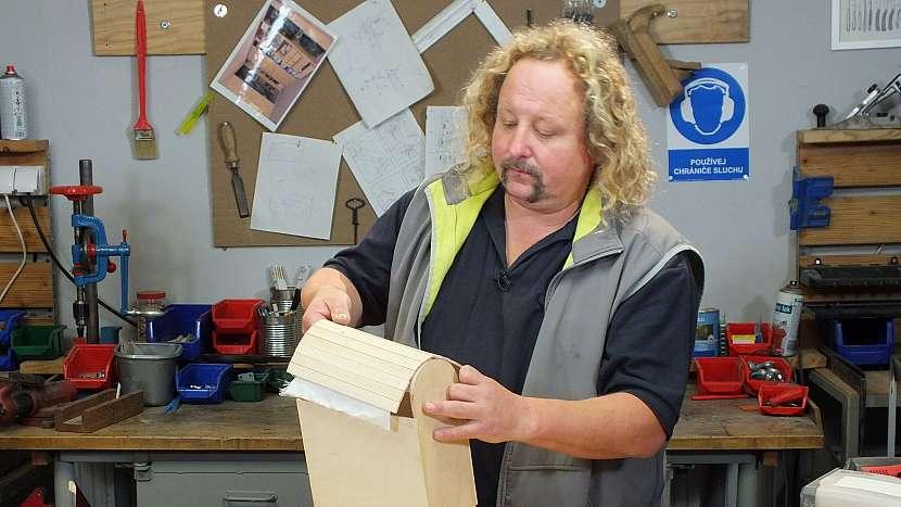 Jak se dělá dřevěný batoh: než roletka přischne k plátnu, opatrně ji zkusíme srolovat