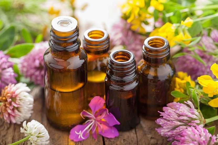 Květinové zátiší s esenciálními oleji