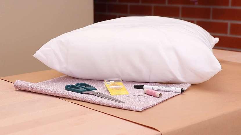 Použijte nepotřebný kus látky a výplň ze starého polštáře