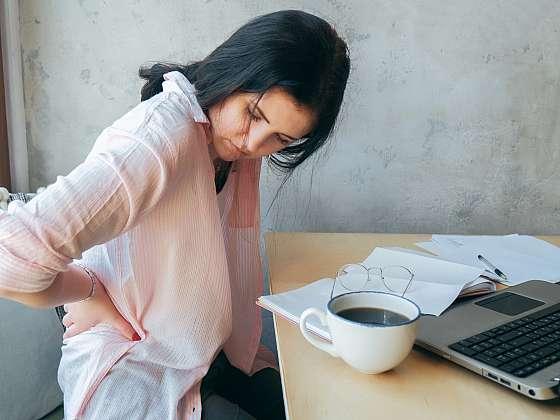Až si osvojíte šikovné triky pro bolavá záda, u počítače se už bolestí kroutit nebudete (Zdroj: Depositphotos (https://cz.depositphotos.com))