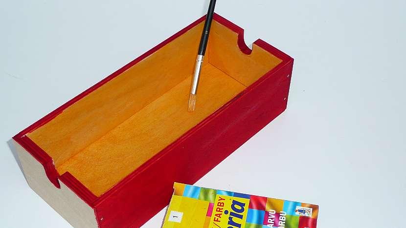 Renovace šuplíků: boky a vnitřky obarvíme hustou barvou na textil