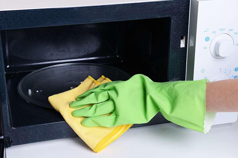 Mastnotu v mikrovlnce uvolníte pomocí vody a octu nebo citronu