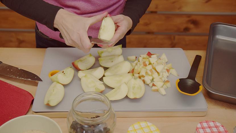 Ovoce řádně očistěte a podle uvážení oloupejte