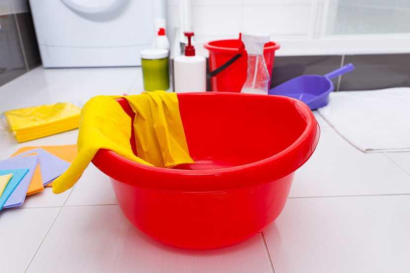 Domácí potřeby, které se běžně používají při úklidu domácnosti