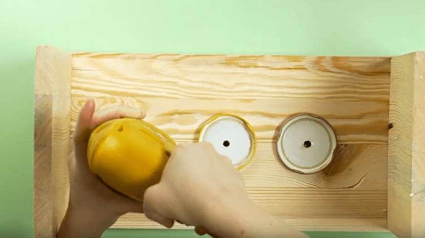 Netradiční váza ve tvaru dřevěné stoličky: připevněte víčka