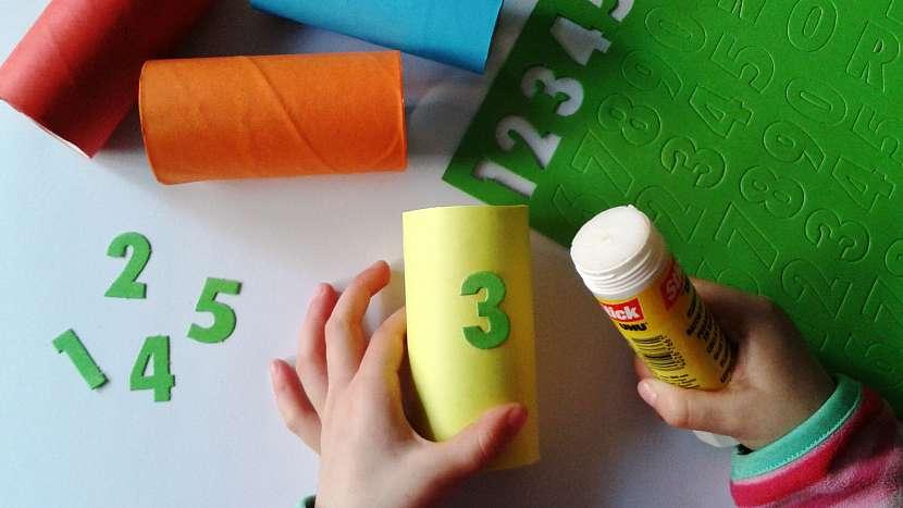 Dětské kuželky: na roličky nalepte číslice