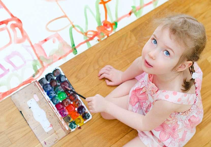 Dívka maluje